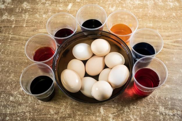 イースターエッグとテーブルの上の着色された液体塗料
