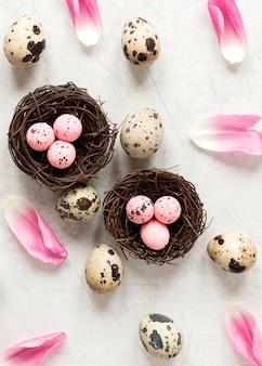 부활절 달걀과 꽃 꽃잎
