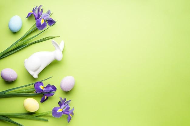 밝은 녹색에 부활절 달걀과 창포 꽃
