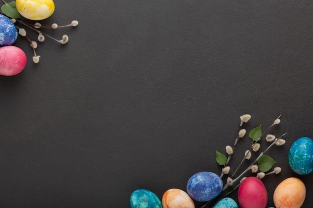 Пасхальные яйца и ветки вербы на темном фоне