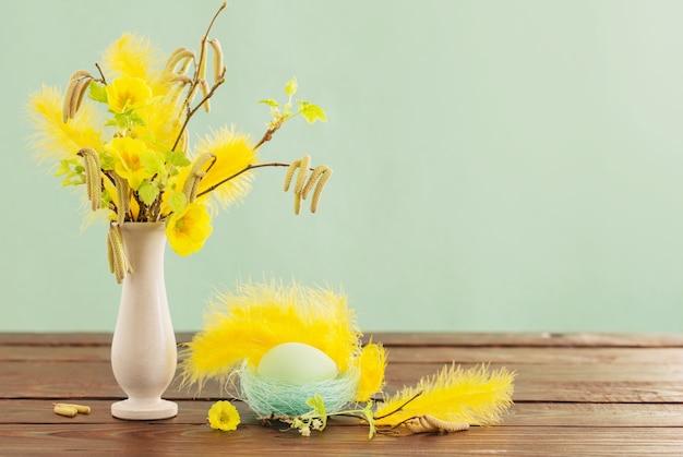 부활절 달걀과 녹색 배경에 봄 꽃