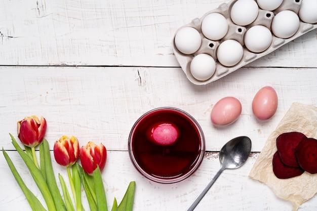 Пасхальные яйца окрашены натуральным яичным красителем из овощей и фруктов, свекольным соком.