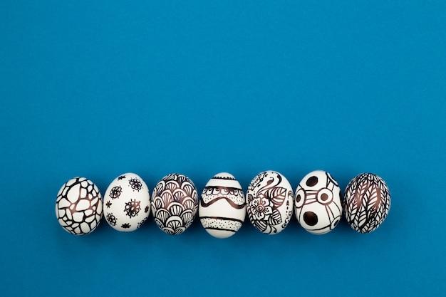 부활절 달걀은 검은 색과 흰색으로 칠해져 있으며 추상화되어 있습니다.