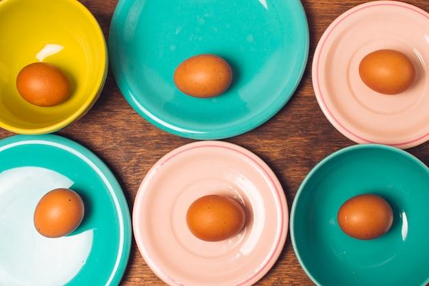 Uova di pasqua su piatti luminosi