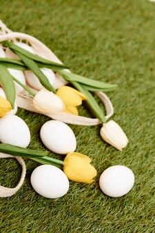 Пасхальные яйца букет цветов на христианском празднике украшения травы. фото высокого качества