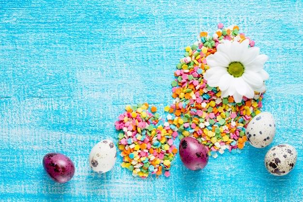 제과 설탕 토핑과 메추라기 계란의 부활절 달걀 구성.