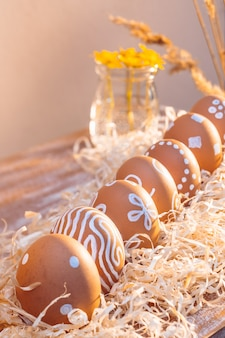 Пасхальные яйца украшены белыми орнаментами