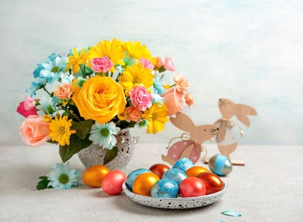 부활절 달걀, 부활절 토끼와 봄 꽃, 텍스트를위한 공간. 행복한 부활절. 축 하 부활절 배경입니다.