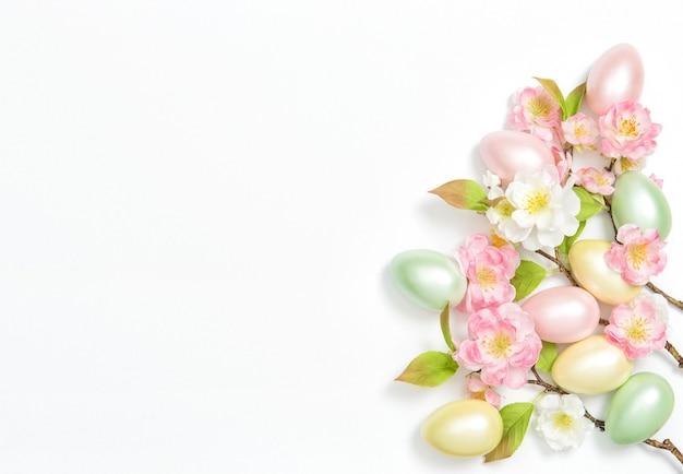 부활절 달걀 꽃 장식 흰색 배경