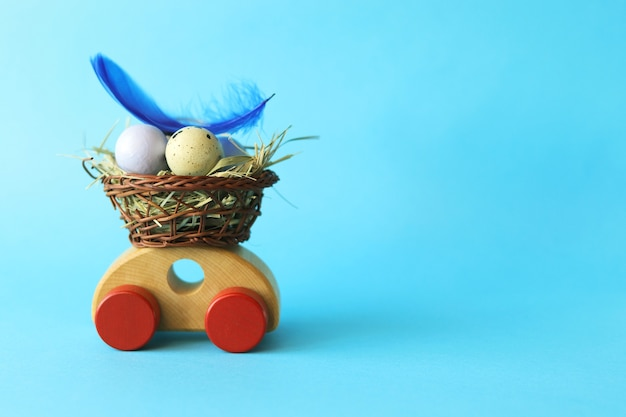 バスケットに入ったイースターエッグ、おもちゃの車の装飾と野ウサギ、おめでとう、はがき