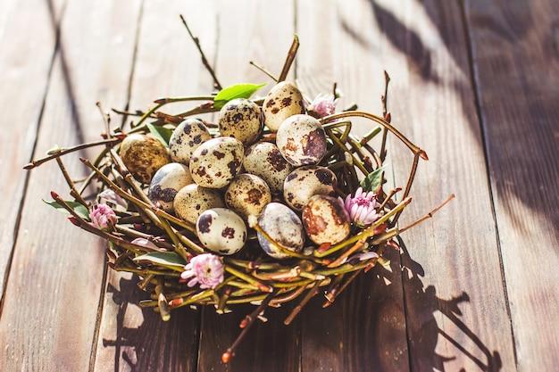 부활절 상위 뷰 복사 공간의 나무 갈색 배경 최소한의 개념에 둥지에서 부활절 달걀