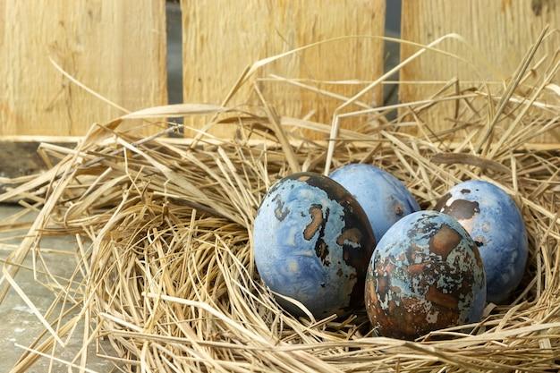 나무 테이블에 둥지에서 부활절 달걀.