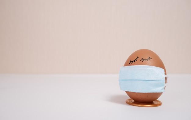 복숭아 배경에 보호 의학 마스크에 부활절 달걀