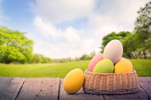 Пасхальные яйца в корзине