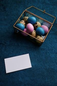 装飾的なギフトボックスとグリーティングカードのイースターエッグ。