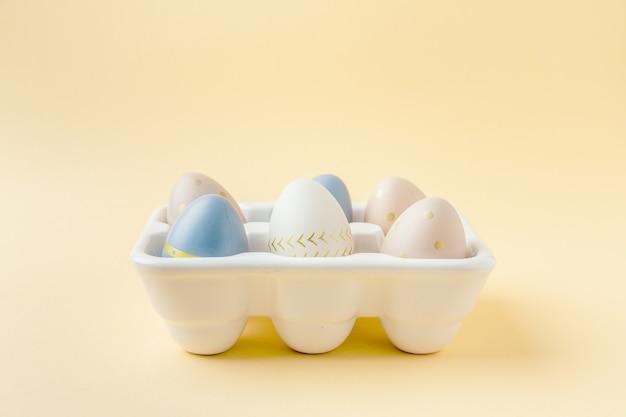 계란 상자에 부활절 달걀입니다. 부활절 개념.
