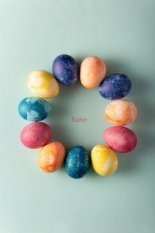 파란색 바탕에 최소한의 스타일에 부활절 달걀입니다. 부활절 개념. 평면 레이아웃