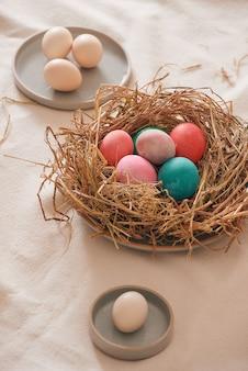 흰색 바탕에 둥지에 부활절 달걀