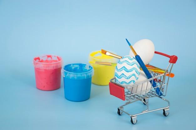 青にペンキでボトルとショッピングカートのイースターエッグ