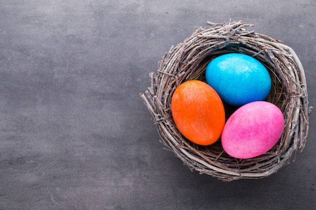 둥지에서 부활절 달걀