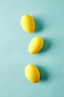 Пасхальные яйца на синем фоне.