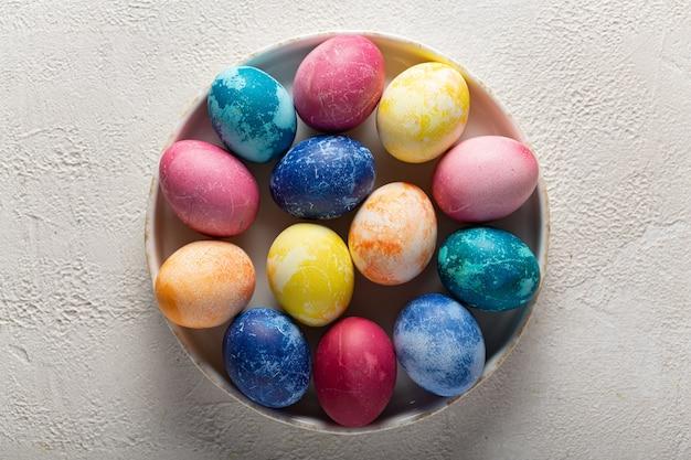 Пасхальные яйца на блюде крупным планом