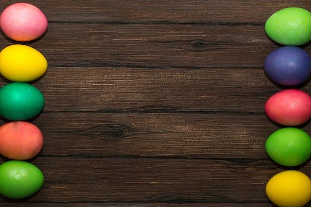 Пасхальные яйца на деревянном коричневом