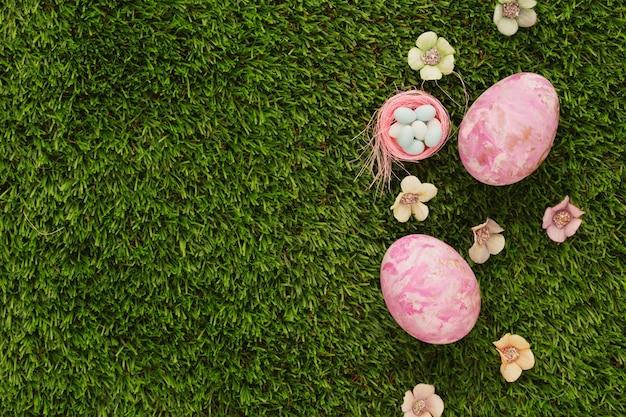 녹색 잔디 배경에 부활절 달걀