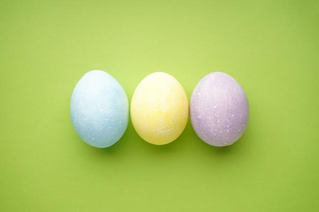 Пасхальные яйца на светло-зеленом