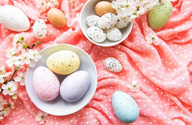 봄 벚꽃 핑크 폴카 도트 천에 부활절 달걀