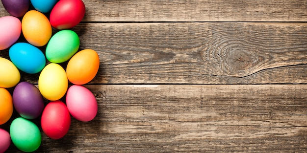 나무 배경에 부활절 달걀