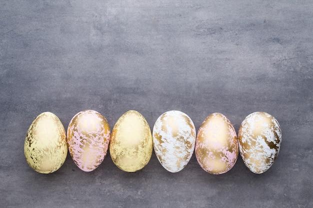 Пасхальные яйца окрашены в цвета на фоне образца.