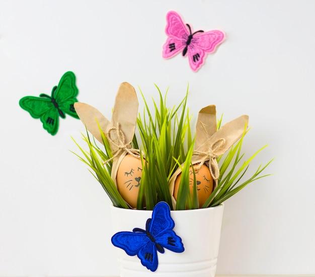 植木鉢にウサギのように描かれたイースターエッグ。