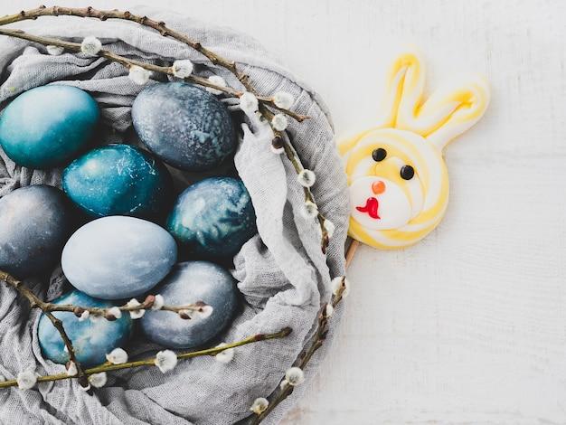 白い背景に明るい色で描かれたイースターエッグ。上面図、クローズアップ、孤立。イースター、おめでとう。休日の準備
