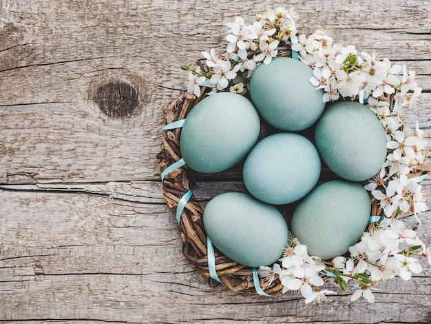 Пасхальные яйца расписаны красочными красками. вид сверху, людей нет, фактура. поздравления для близких, родных, друзей и коллег