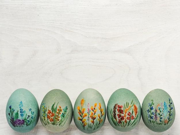 부활절 달걀은 화려한 물감으로 그렸다. 위에서보기, 사람 없음, 질감. 사랑하는 사람, 친척, 친구 및 동료를 축하합니다