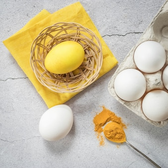 천연 염료로 칠한 부활절 달걀