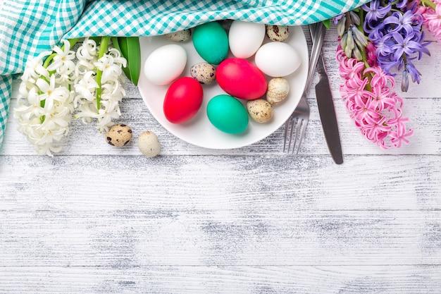 Пасхальные яйца, розовый и белый гиацинт на деревянных фоне. концепция пасхи. вид сверху. копировать пространство - изображение