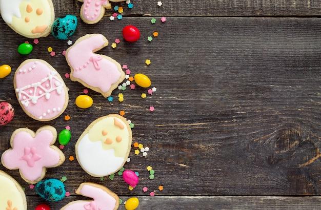 부활절 달걀, 다양한 쿠키 및 제과 설탕 나무 테이블에 뿌리