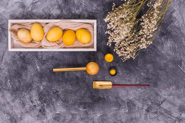 페인트 브러시와 꽃 부활절 달걀