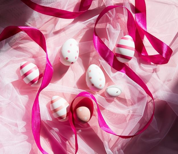 분홍색 얇은 명주 그물에 리본으로 부활절 달걀입니다. 보기 위