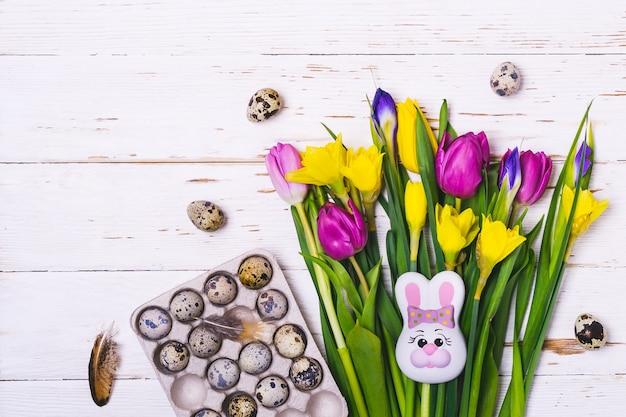 イースターフラットレイ構成。春の花とウズラの卵の花束。