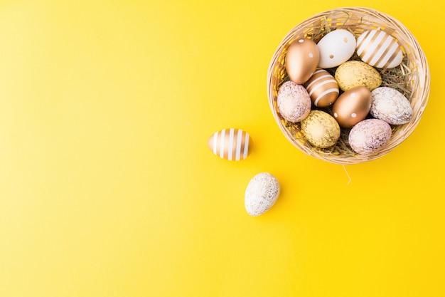Пасхальная кладка яиц в гнезде