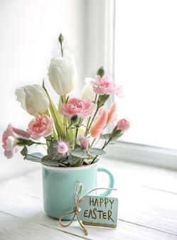 자연 꽃과 카드에 행복 한 부활절 비문 부활절 꽃 배열.