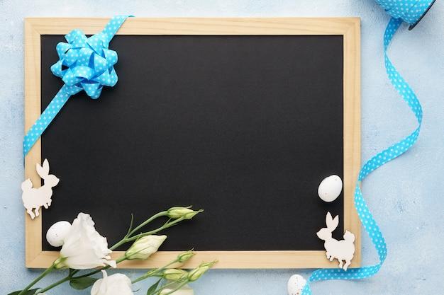 黒板、花、ウサギとイースターフレームの背景。