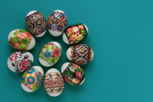 Пасхальная подарочная карта с красочными пасхальными яйцами.