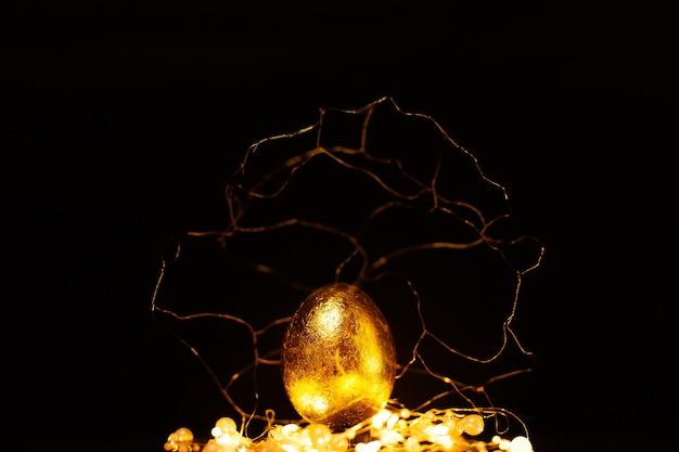 어두운 배경 위에 조명 골드 장식에서 부활절 황금 알