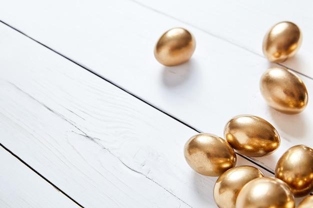 白いテーブルにイースターの黄金の卵