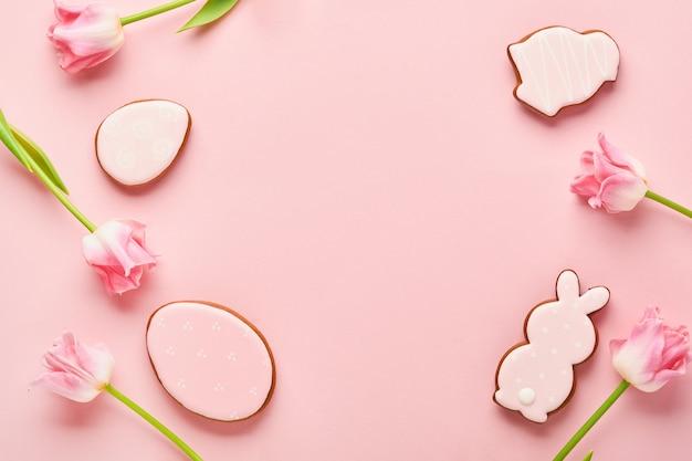 Пасхальная открытка с пасхальными пряничными яйцами и цветами тюльпана