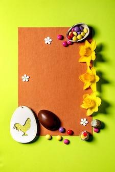 나무 장식과 부활절 인사말 카드